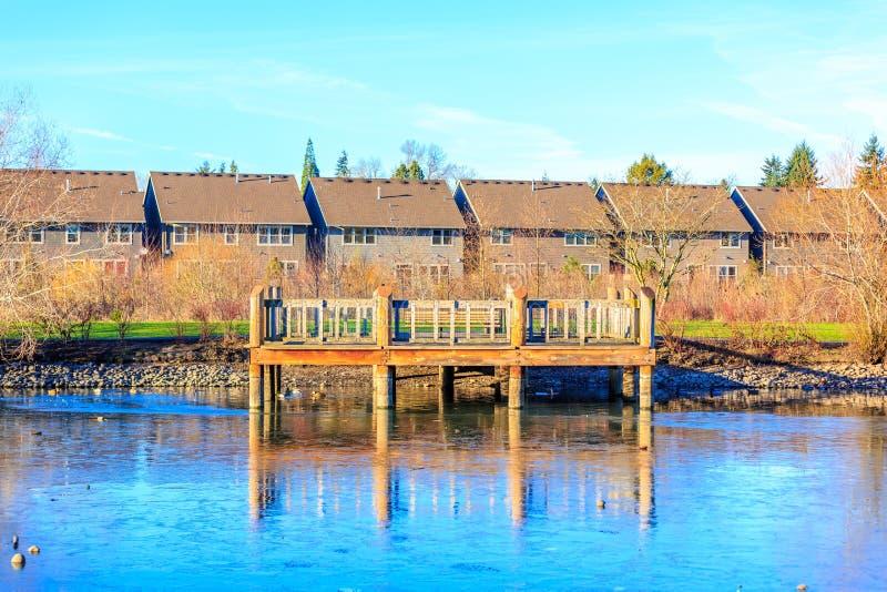 Plataforma de madeira pelo lago fotografia de stock royalty free