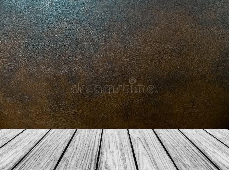 Plataforma de madeira vazia da perspectiva com textura do fundo do couro de Brown escuro no interior da sala do estilo do vintage imagens de stock royalty free