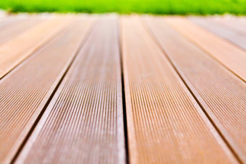 Plataforma de madera hecha de la madera del bangkirai imagen de archivo