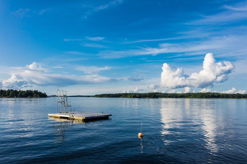 Plataforma de mergulho na costa de mar Báltico imagens de stock