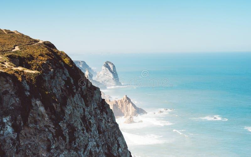 Plataforma de observação no feriado da viagem no cabo Roca Portugal, vista superior no seascape na montanha e ilha no oceano, fun fotografia de stock