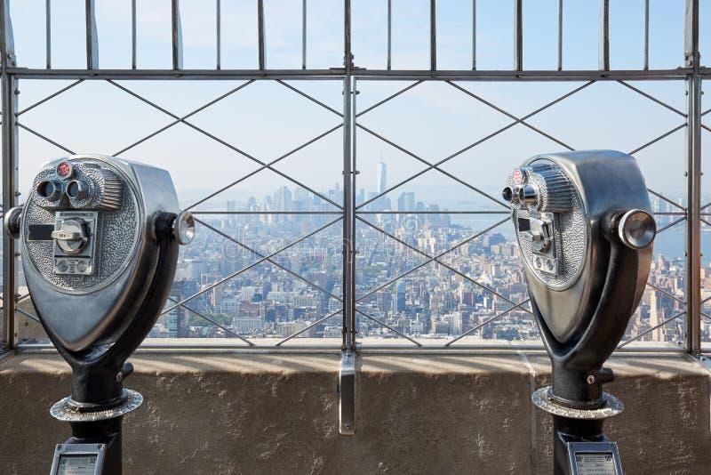 Plataforma de observación del Empire State Building con los prismáticos en Nueva York foto de archivo