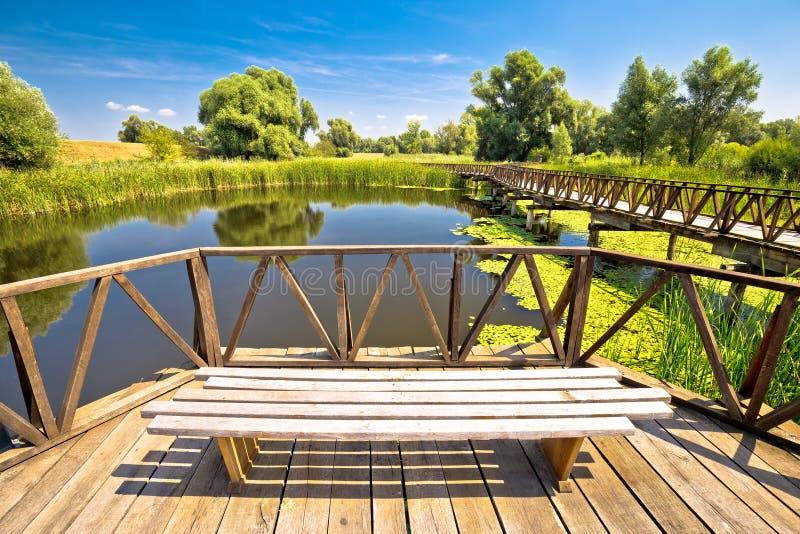 Plataforma de observación del pájaro del parque de naturaleza de los pantanos de Kopacki Rit y de madera fotografía de archivo