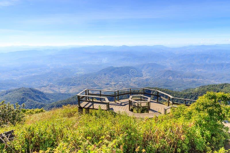 Plataforma de observación del paisaje en el sendero de Kew Mae Pan, parque nacional de Doi Inthanon, Chiang Mai, Tailandia fotografía de archivo libre de regalías