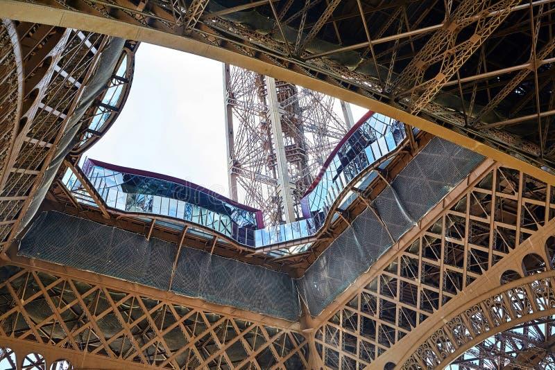 Plataforma de observación del primer nivel de la torre Eiffel satisfecho imagenes de archivo