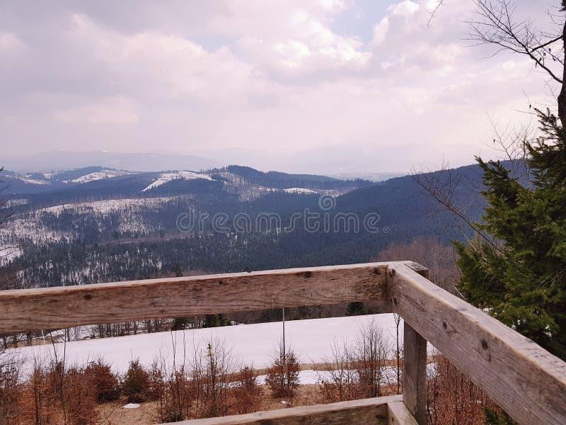 Plataforma de observación en Bukovel, montañas cárpatas imagenes de archivo