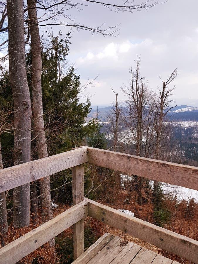 Plataforma de observación en las montañas, estación de esquí Bukovel, Cárpatos, Ucrania imagenes de archivo