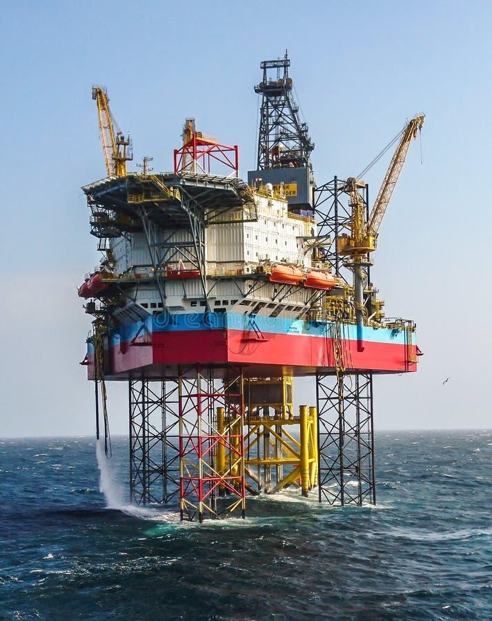 Plataforma de perforación del jackup del montañés de Maersk imagen de archivo libre de regalías