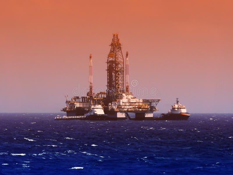 Plataforma de perfuração do petróleo e gás ou equipamento a pouca distância do mar, Golfo do México fotos de stock