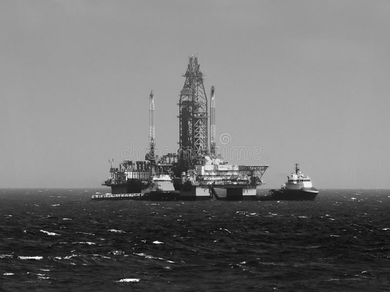 Plataforma de perfuração do petróleo e gás ou equipamento a pouca distância do mar, Golfo do México fotografia de stock royalty free