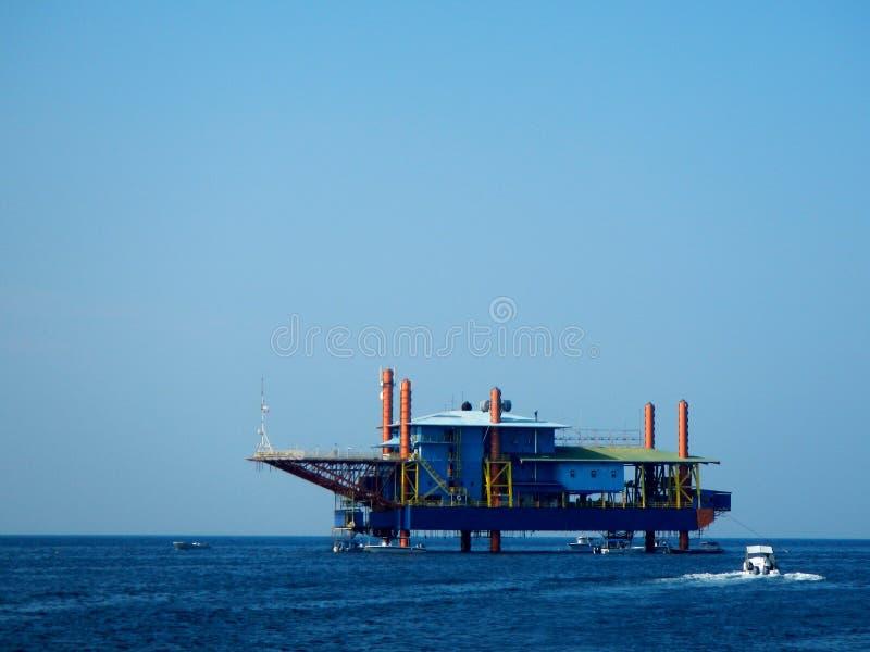 Plataforma de perfuração a pouca distância do mar fotografia de stock