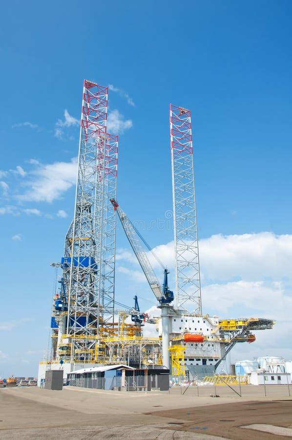 Plataforma de perfuração a pouca distância do mar da plataforma petrolífera fotos de stock royalty free