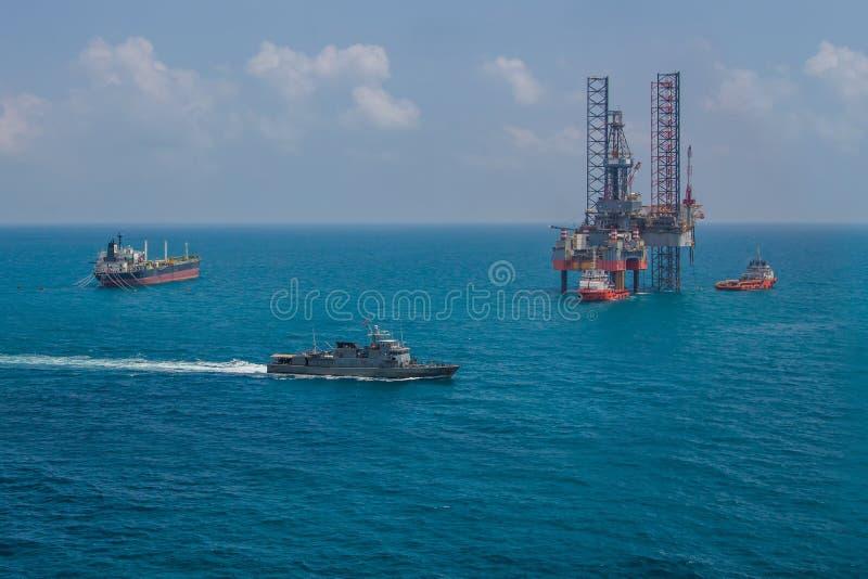 Plataforma de perfuração a pouca distância do mar da plataforma petrolífera foto de stock