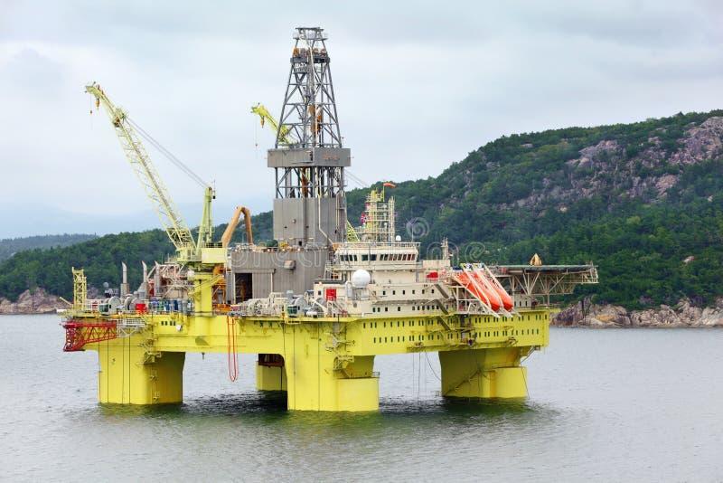 Plataforma de perfuração a pouca distância do mar da plataforma petrolífera do oceano fora fotografia de stock royalty free