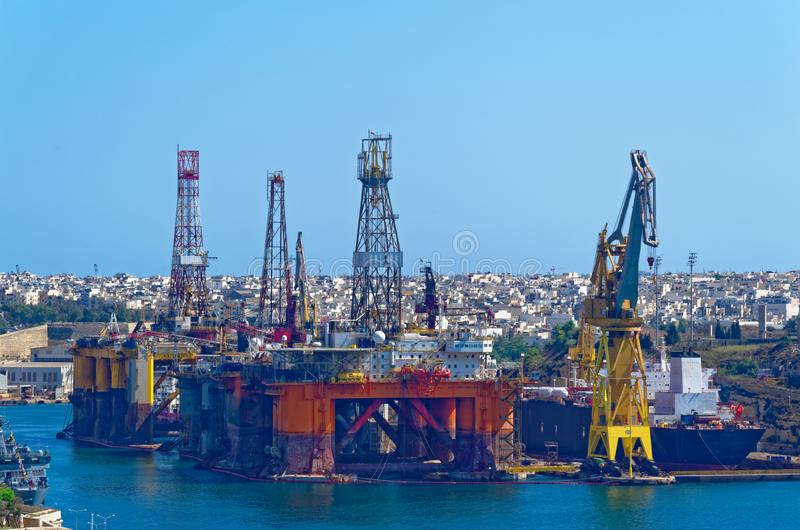 Plataforma de petróleo e gás em uma baía de Valletta, Malta fotografia de stock