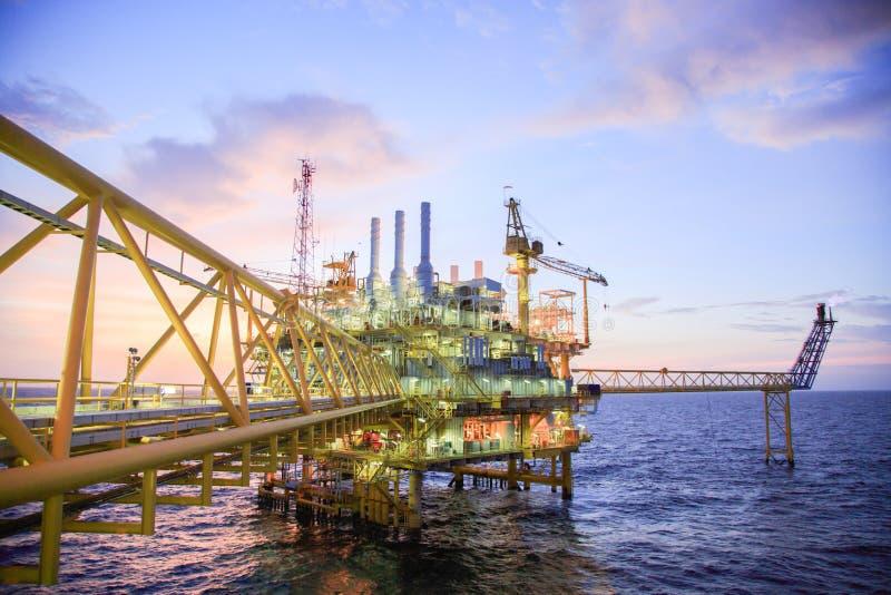 Plataforma de petróleo e gás ou plataforma da construção no golfo ou o mar, processo de produção para a indústria de petróleo e g imagem de stock