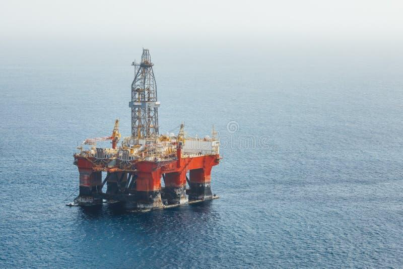 Plataforma de petróleo e gás a pouca distância do mar imagem de stock royalty free