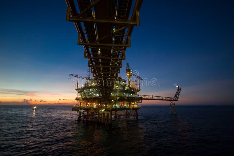 Plataforma de petróleo y gas en el golfo o el mar, el aceite costero y la plataforma de la construcción del aparejo imagen de archivo
