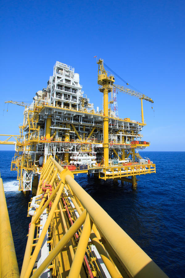 Plataforma de petróleo y gas en la industria costera, proceso de producción en la industria petrolera, planta de la construcción  imágenes de archivo libres de regalías