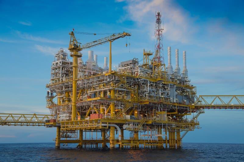 Plataforma de processamento central do petróleo e gás a pouca distância do mar no Golfo da Tailândia foto de stock