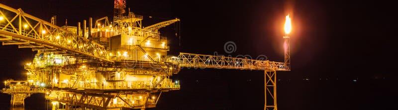A plataforma de processamento central e o telecontrole do petróleo e gás a pouca distância do mar plat fotografia de stock
