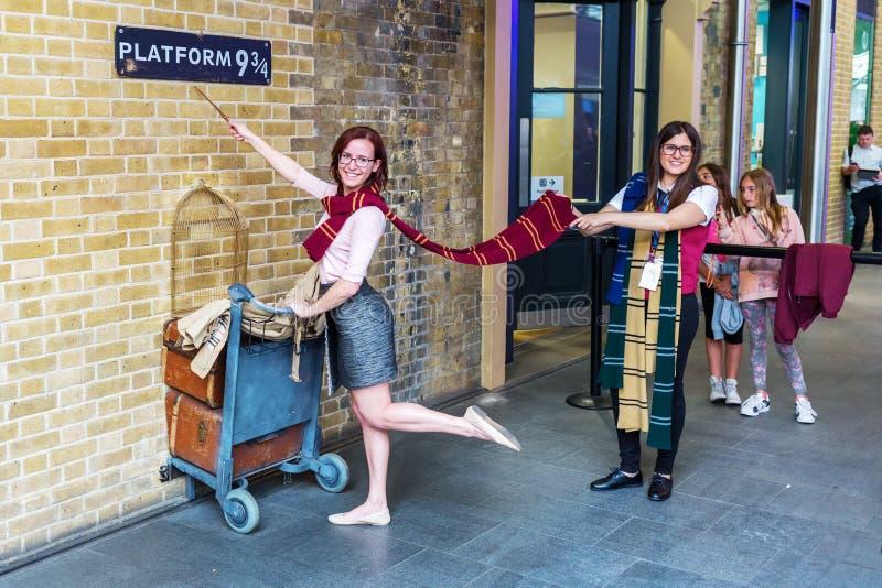 Plataforma 9 de três quartos de Harry Potter Movies nos reis Cruz Estação em Londres, Reino Unido fotografia de stock royalty free
