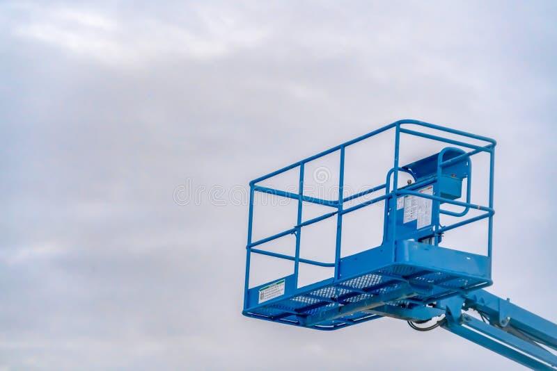 Plataforma de trabalho aéreo contra o céu nebuloso em Utá imagens de stock