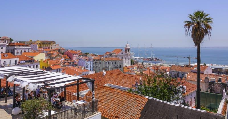 Plataforma de visita turístico de excursión en la colina de Alfama Lisboa con una visión perfecta sobre la ciudad - LISBOA - PORT foto de archivo libre de regalías
