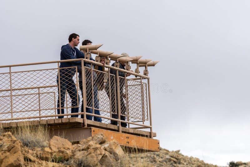 Plataforma de vista para turistas no marco natural do Meteor Crater em Winslow, o Arizona foto de stock royalty free