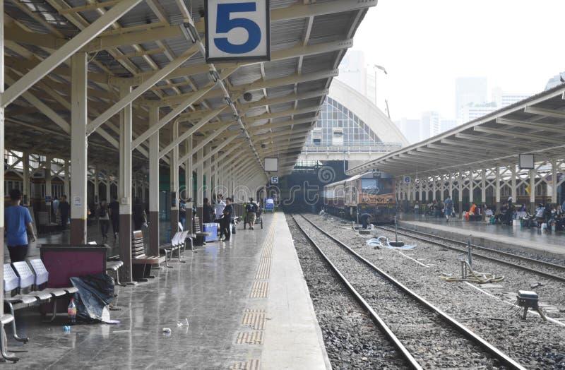 plataforma del ferrocarril de Bangkok en Tailandia foto de archivo