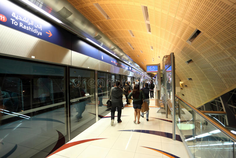 Plataforma del metro en la ciudad de Dubai imagenes de archivo
