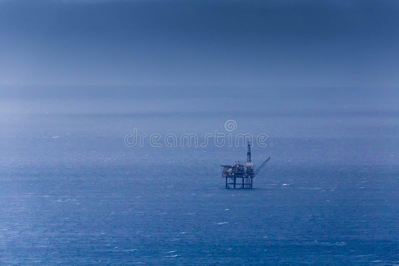 Plataforma del petróleo del aceite en el mar imagenes de archivo