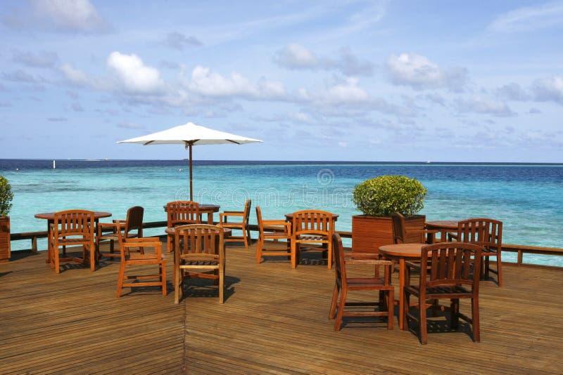 Plataforma del restaurante con la opinión del mar imágenes de archivo libres de regalías