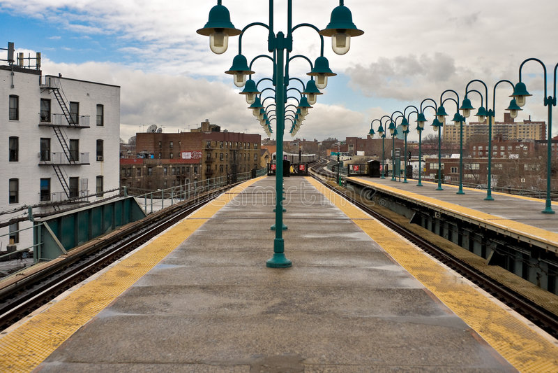 Plataforma del subterráneo de NYC que mira el tren de llegada foto de archivo