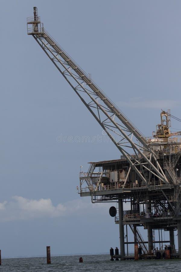 Plataforma do óleo a pouca distância do mar e do gás natural imagem de stock royalty free