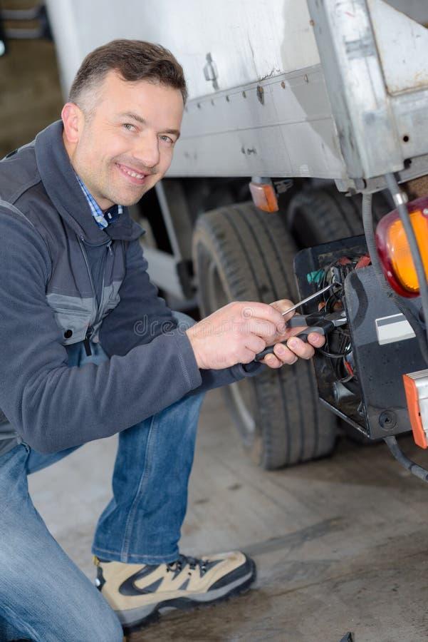 Plataforma do caminhão do ajuste do homem de entrega para carregar fotografia de stock royalty free