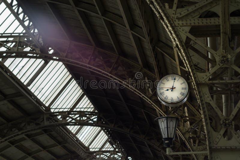 Plataforma do estação de caminhos-de-ferro velho imagem de stock