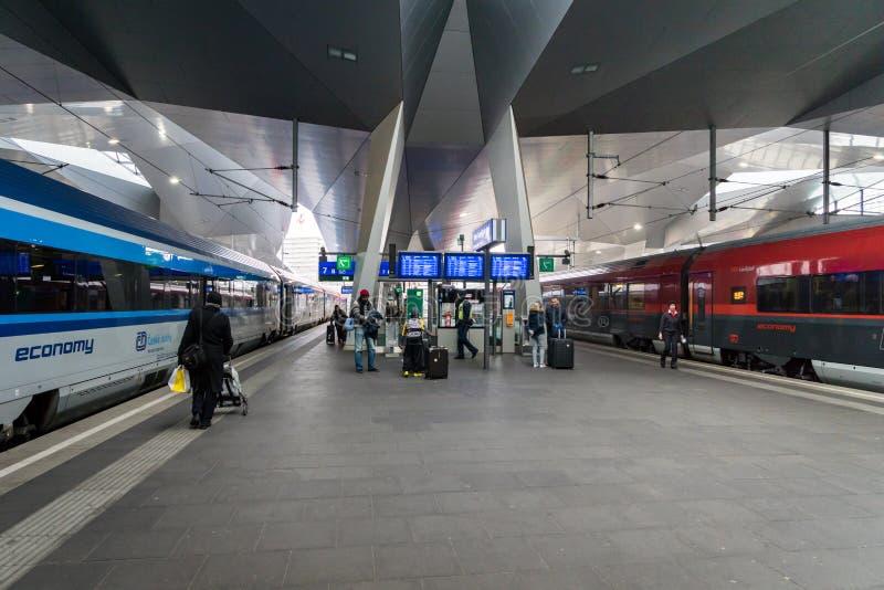Plataforma do estação de caminhos-de-ferro de Viena Hauptbahnhof imagem de stock