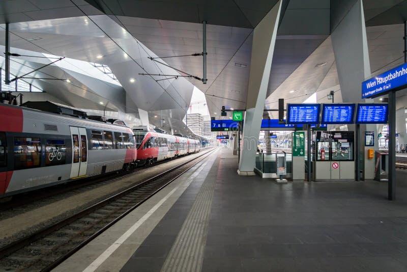 Plataforma do estação de caminhos-de-ferro de Viena Hauptbahnhof imagens de stock