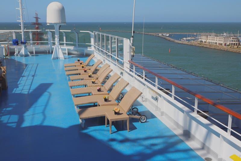 Plataforma do forro do cruzeiro, camas do sol na zona da sala de estar imagem de stock royalty free
