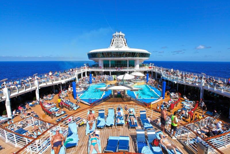 Plataforma do navio de cruzeiros dos povos fotografia de stock royalty free