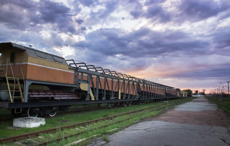 Plataforma do trem da carga com recipiente imagem de stock royalty free