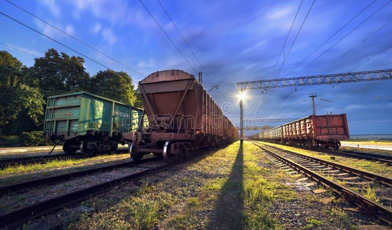Plataforma do trem da carga na noite Estrada de ferro em Ucrânia Estrada de ferro imagens de stock royalty free