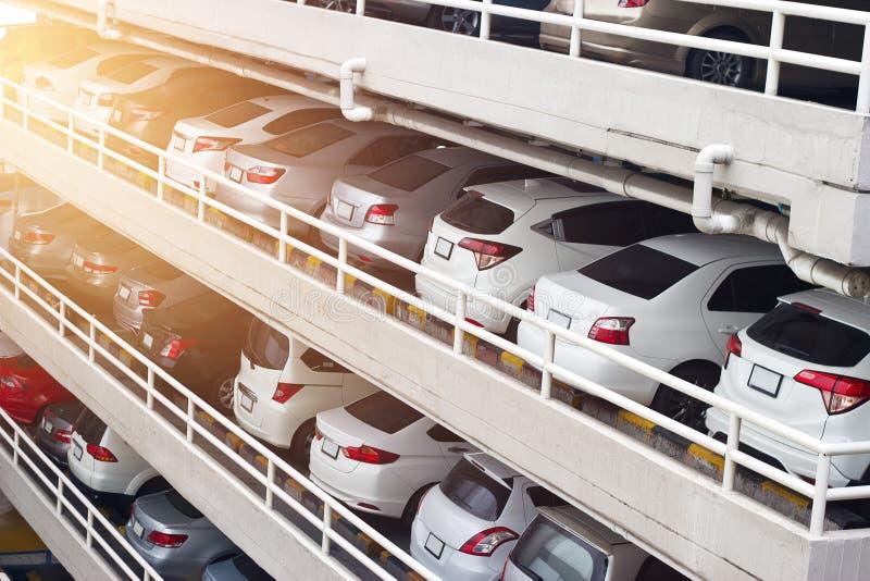 A plataforma dos carros do estacionamento nivela e enfileira na construção alta na cidade fotografia de stock royalty free