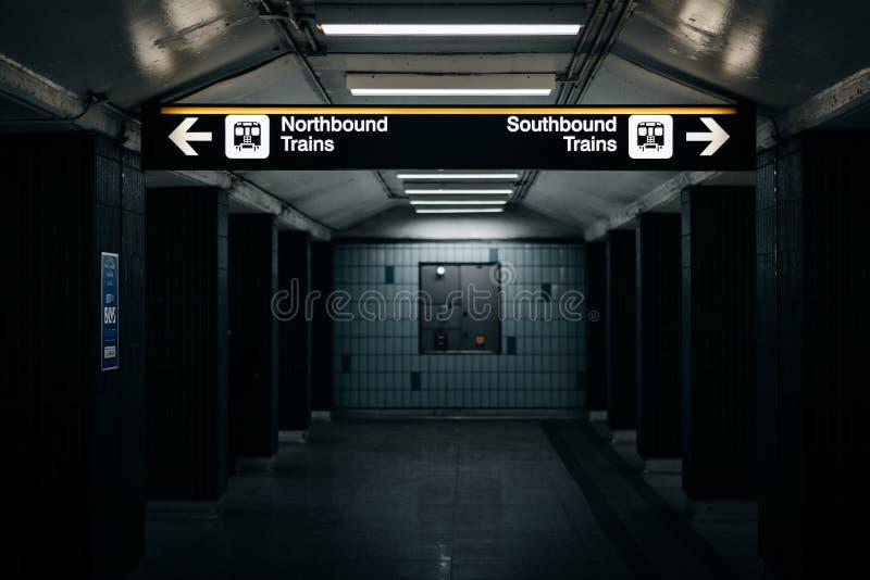 A plataforma e assina dentro o St Andrews Subway Station, em Toronto imagem de stock royalty free