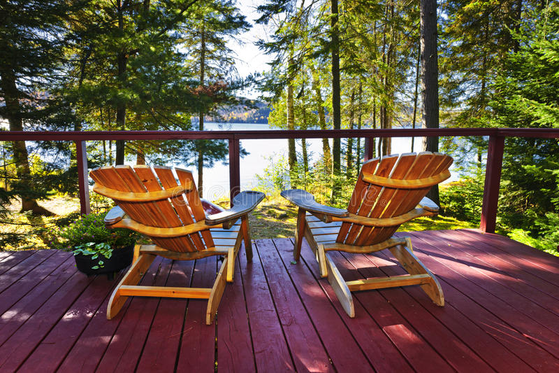 Plataforma e cadeiras da casa de campo da floresta foto de stock royalty free
