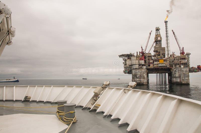 Plataforma e embarcação a pouca distância do mar Petróleo e gás imagens de stock royalty free