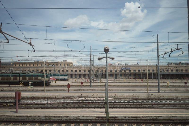 Plataforma e trilhas do estação de caminhos de ferro de Roma Termini imagem de stock