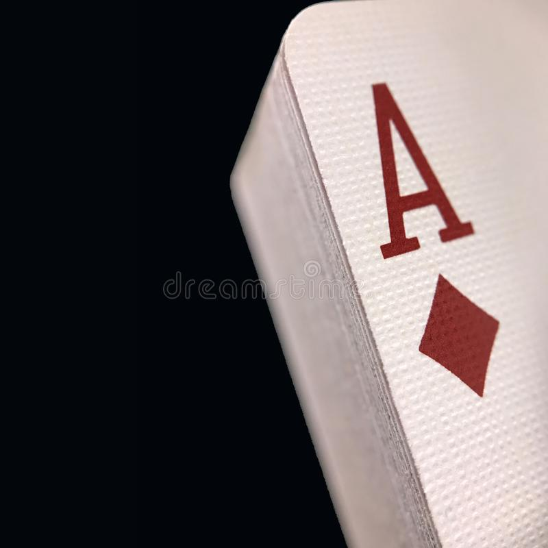 Plataforma empilhada contínua do grupo de cartões do jogo contra um fundo preto imagem de stock