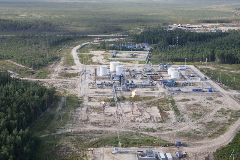 Plataforma en el refino de la extracción y de petróleo imágenes de archivo libres de regalías
